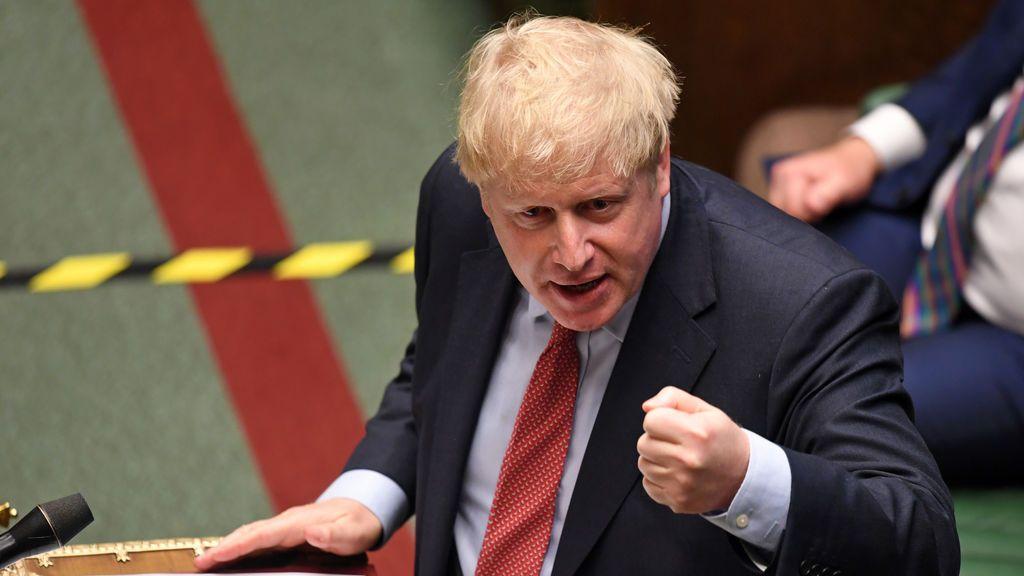 """En un cambio radical de estrategia, Johnson pide a los británicos volver al trabajo """"si pueden"""""""