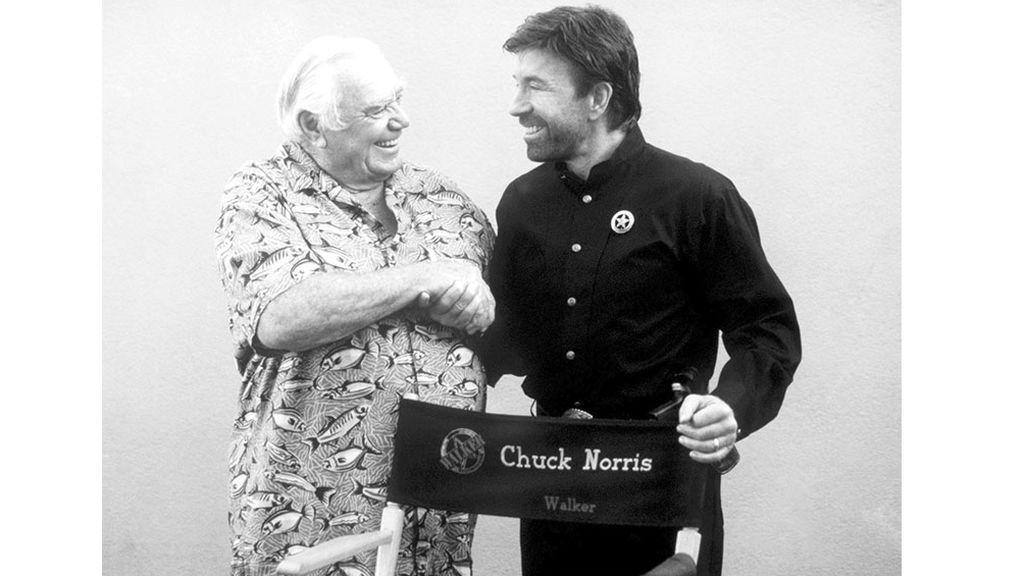 """El actor Ernest Borgnine y Chuck Norris en """"Walker, Texas Ranger."""""""