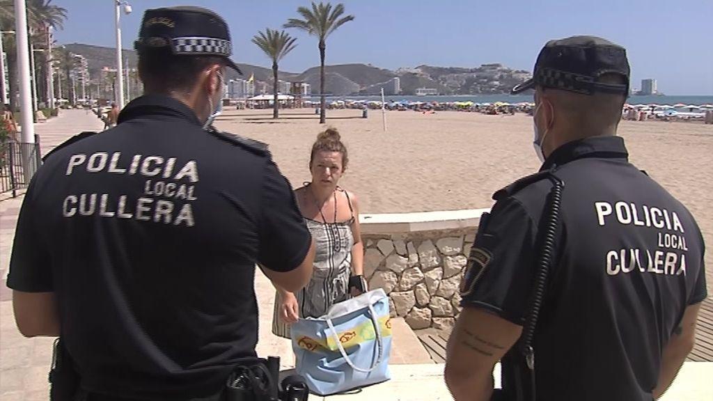 La policía controla el uso de mascarillas en Cullera