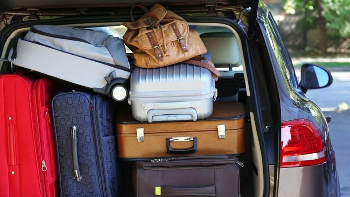 colocar-equipaje-en-el-maletero