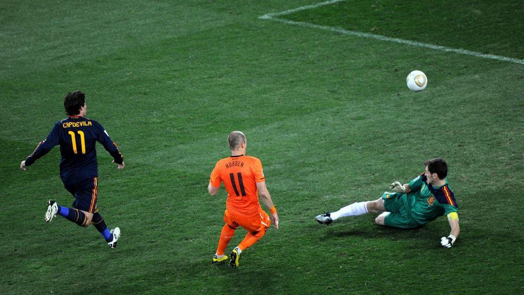 Casillas despeja el tiro decisivo de Robben