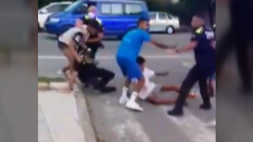 Un grupo de jóvenes marroquíes agreden y destrozan el coche de la policía en Tarragona