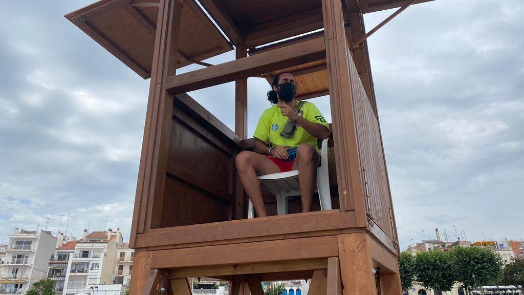 Socorrista en la torre de vigilancia
