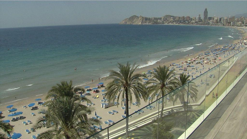 Hamacas y sombrillas de la playa de Benidorm sin apenas gente