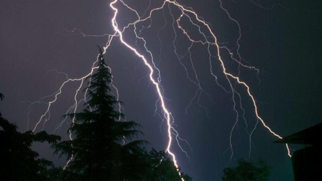 Qué ocurre si cae un rayo en la piscina mientras me baño y otras dudas sobre las tormentas