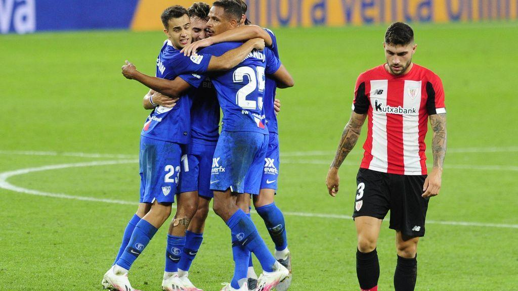 Los jugadores del Sevilla celebran el segundo gol ante el Athletic.