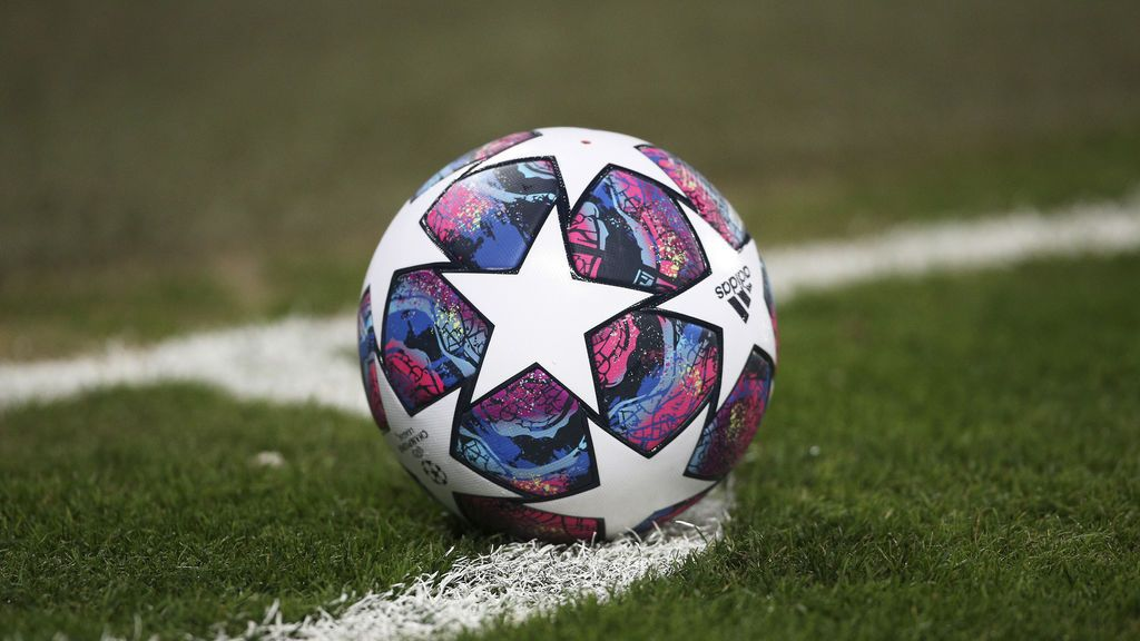 EuropaPress_2715355_champions_league_official_match_ball_on_corner_during_the_uefa_champions