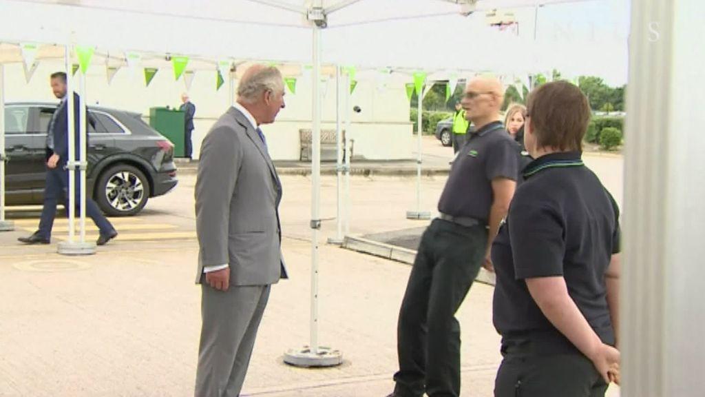 Un trabajador se desmaya en presencia del príncipe Carlos