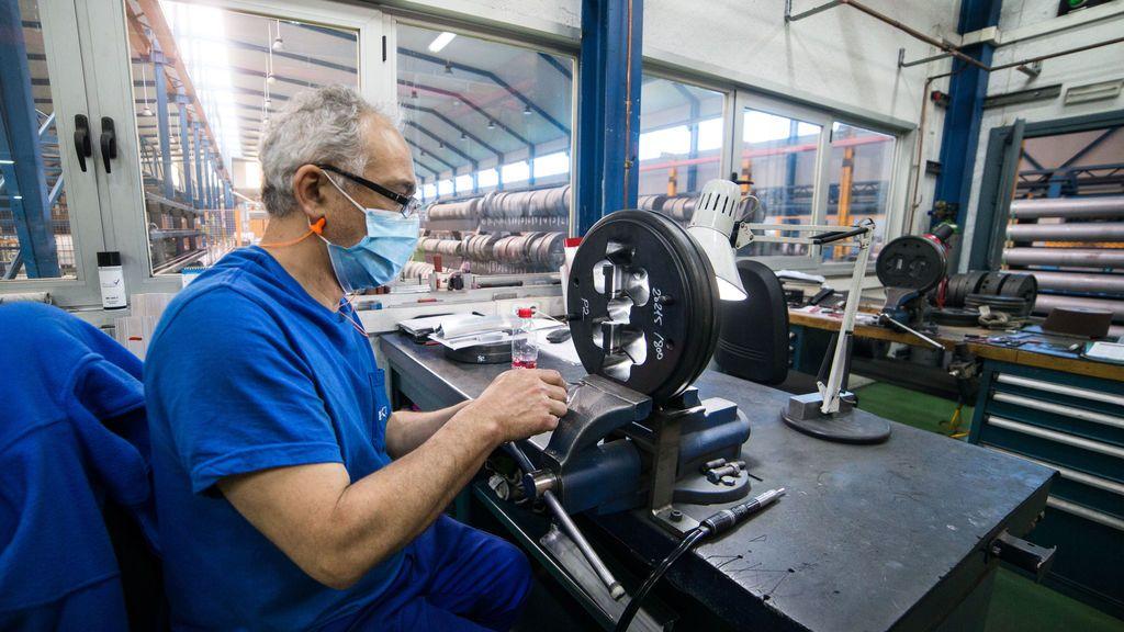 Trabajador fábrica de perfiles metálicos