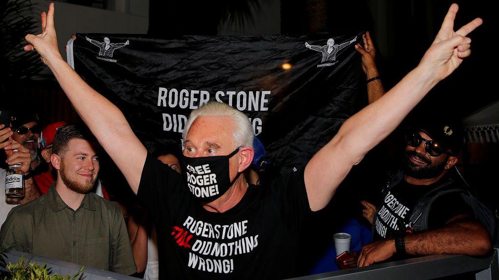 Trump libera a su exasesor y amigo Roger Stone, condenado por encubrir al presidente
