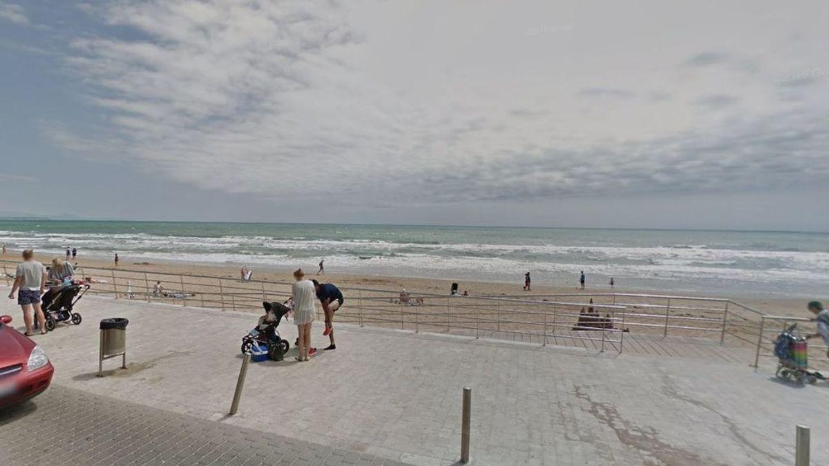 Muere ahogado un hombre al intentar rescatar a su mujer del oleaje en Torrevieja