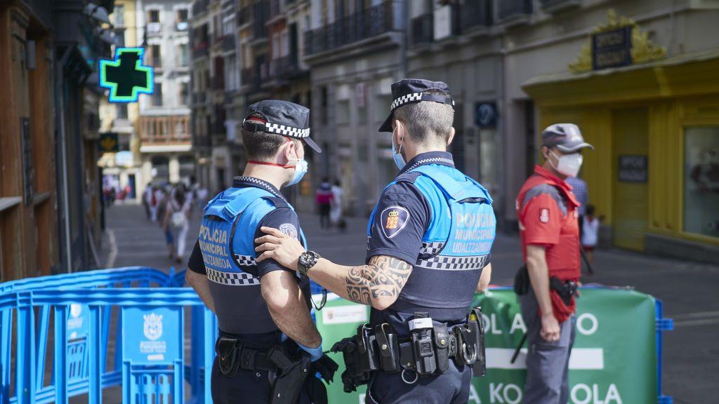 Agentes de la Policía Municipal controlan la afluencia de gente en la Plaza del Consistorio