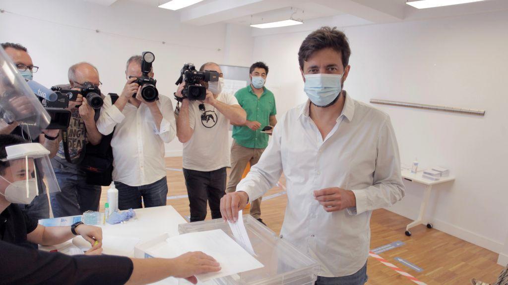 El candidato de Galicia en Común a la presidencia de la Xunta, Antón Gómez Reinodeposita su voto
