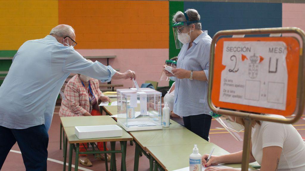 Un hombre vota en un colegio electoral de Burela