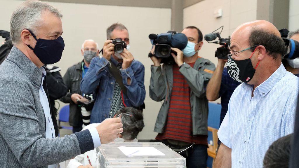 El lehendakari y candidato a la reelección Iñigo Urkullu, vota en la localidad vizcaína de Durango