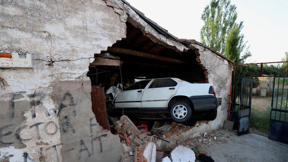 Aparatoso accidente en Salamanca: un vehículo queda empotrado contra una casa al salirse de la vía