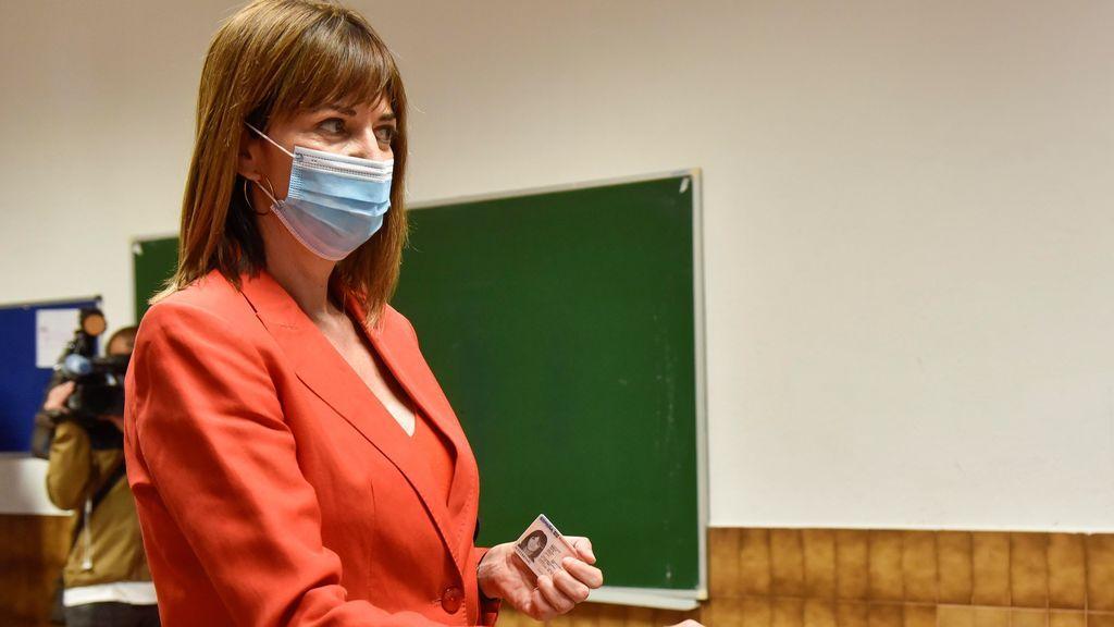 Idoia Mendia vota este domingo en un colegio electoral de Bilbao