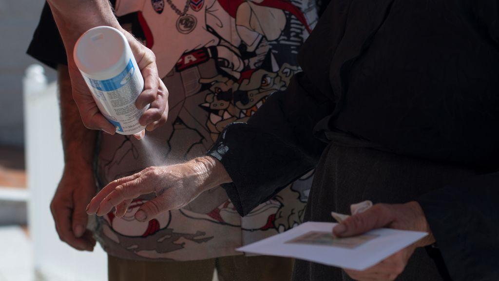 El gel desinfectante, protagonista en la jornada de votación
