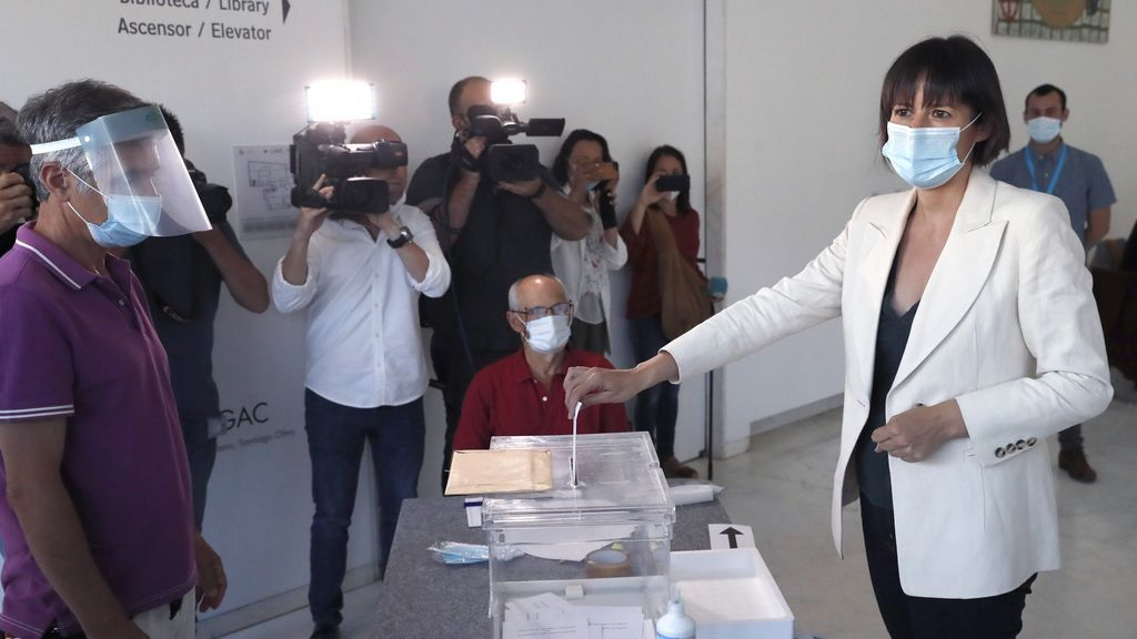 La candidata del BNG a la presidencia de la Xunta, Ana Pontón, vota