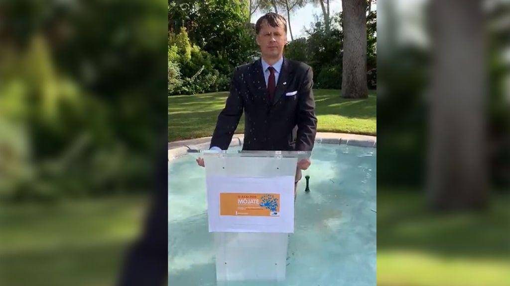 El embajador de Reino Unido en España se moja por la esclerosis múltiple