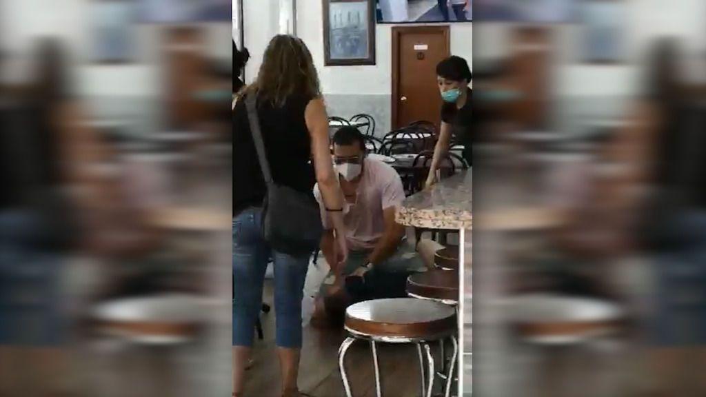 Un mosso fuera de servicio arrebata el hacha a un ladrón y frustra un atraco en Barcelona