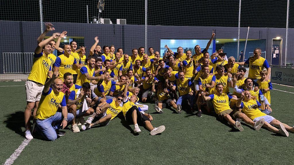 Los jugadores del Cádiz celebran el ascenso.