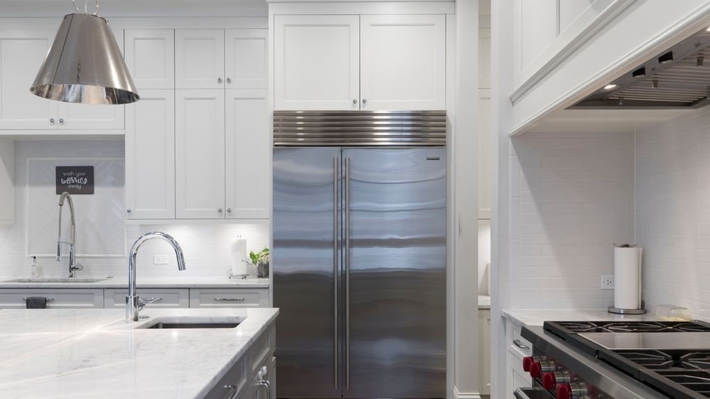 Quita la escarcha y manten una temperatura media: los consejos de la OCU para ahorrar luz con el frigorífico