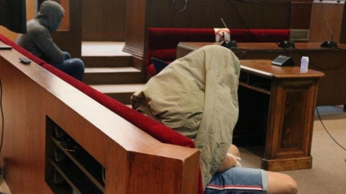 Condenan a dos jóvenes a penas de cárcel de 16 y 17 años por violar en grupo a menor en Barcelona