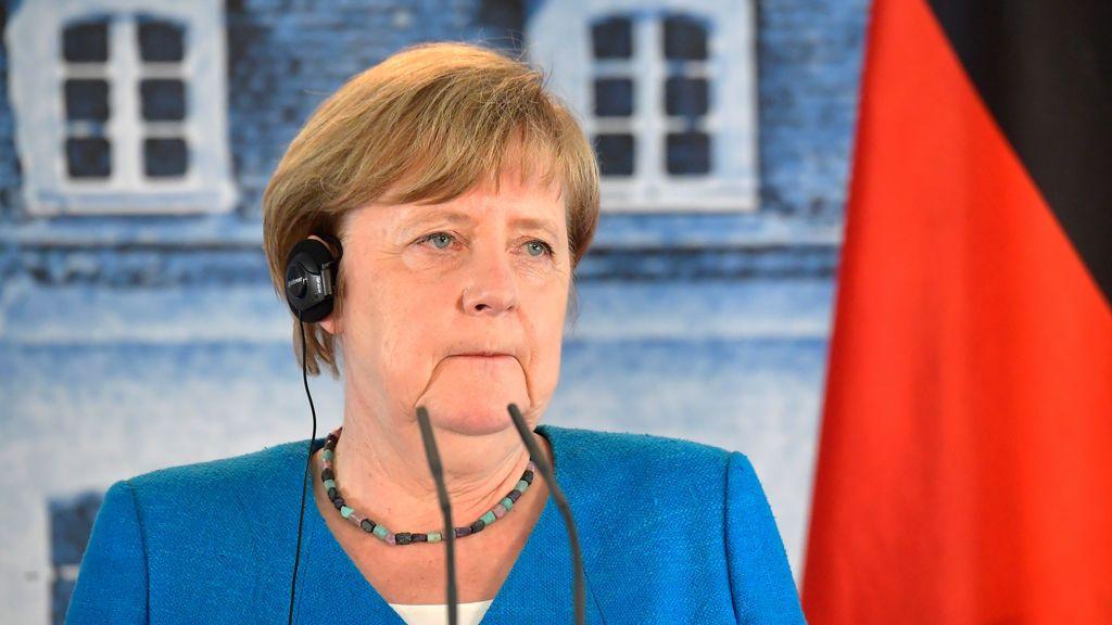 """Merkel 'acoge' en Berlín a Sánchez, el presidente de un """"país que lucha por sobrevivir"""""""