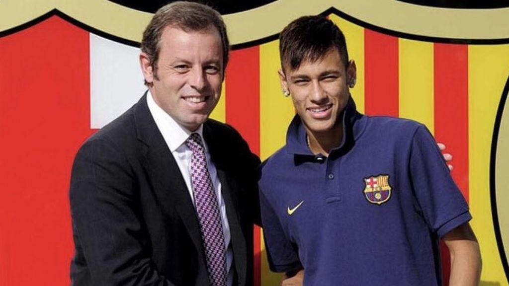Neymar posando con Rosell en la presentación del fichaje por el FC Barcelona