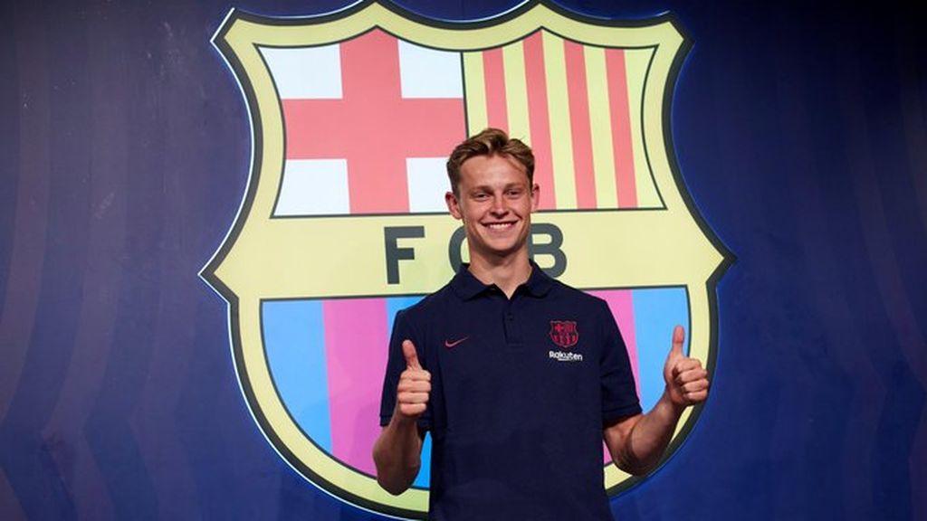 De Jong posando el día de su presentación con el FC Barcelona