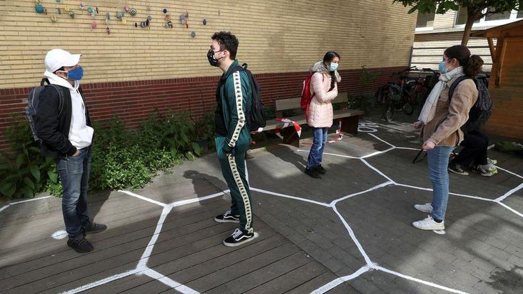 Varios estudiantes conversan en un instituto de Bruselas