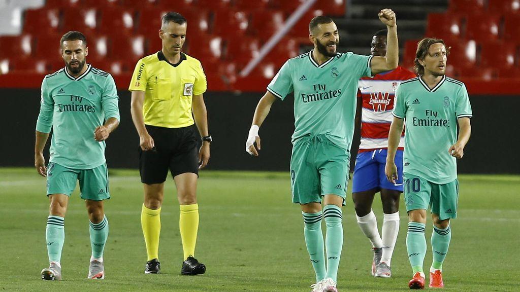Benzema mira al banquillo y celebra su gol al Granada.