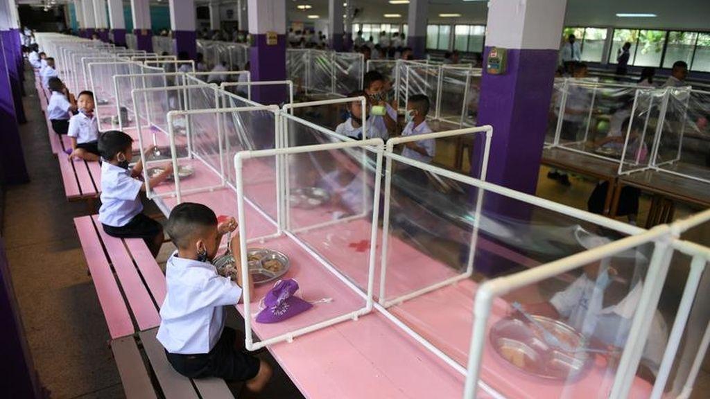 Varios niños, en el comedor de una escuela en Bangkok