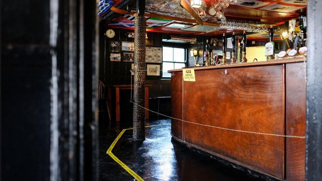 Un bar de londres pone una valla eléctrica para guardar la distancia con la barra