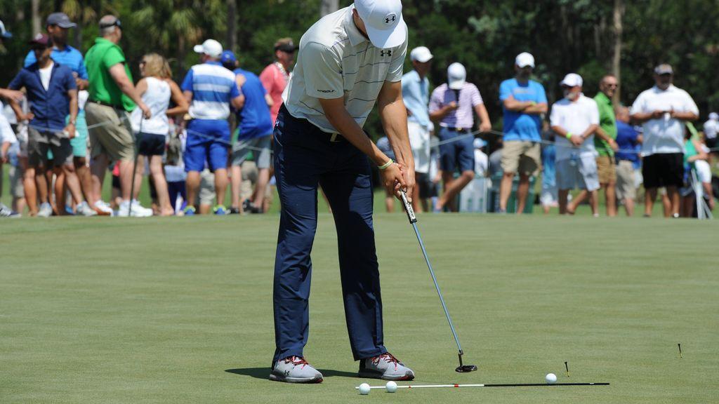 jugador de golf profesional durante un torneo pateando