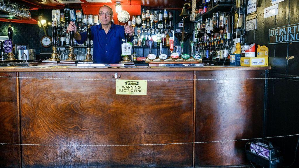 Un bar de Londres sí que sabe tener a los borrachos a buen recaudo