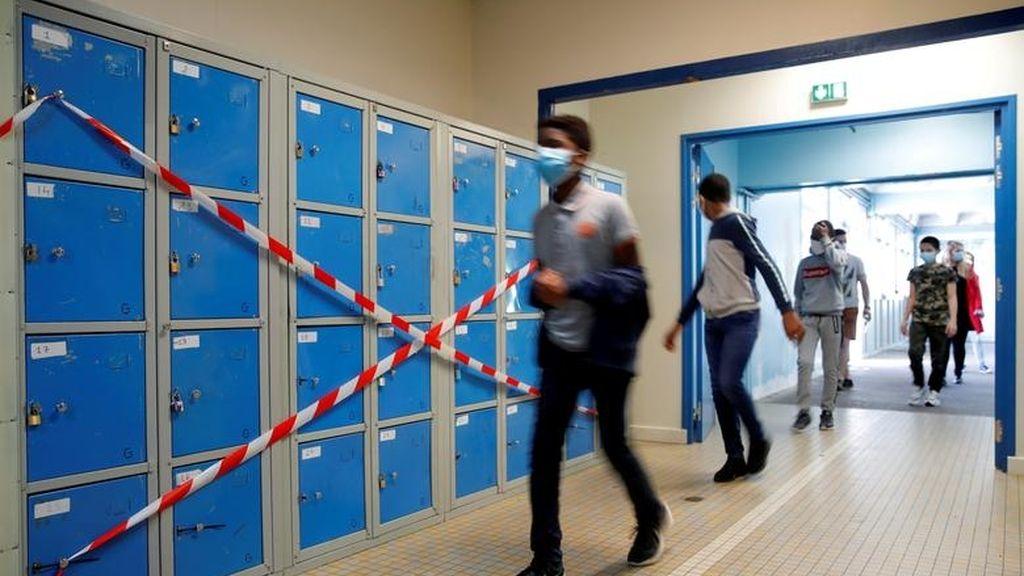 Varios estudiantes entran en el colegio Rosa-Parks, Nantes