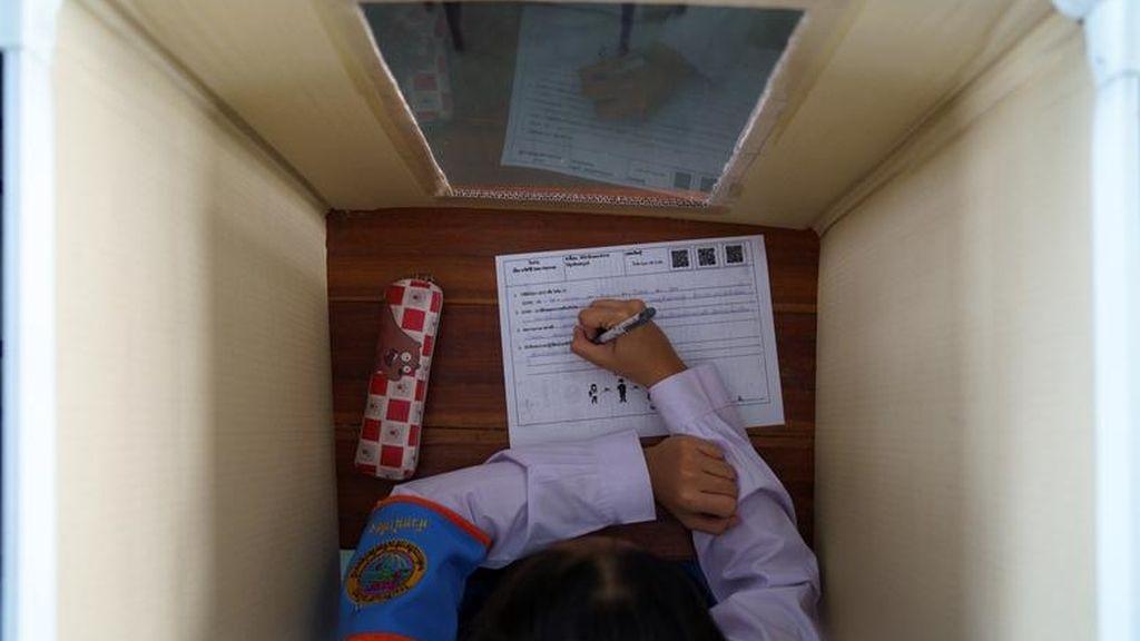 Una alumna, en la escuela Sam Khok, en Pathum Thani