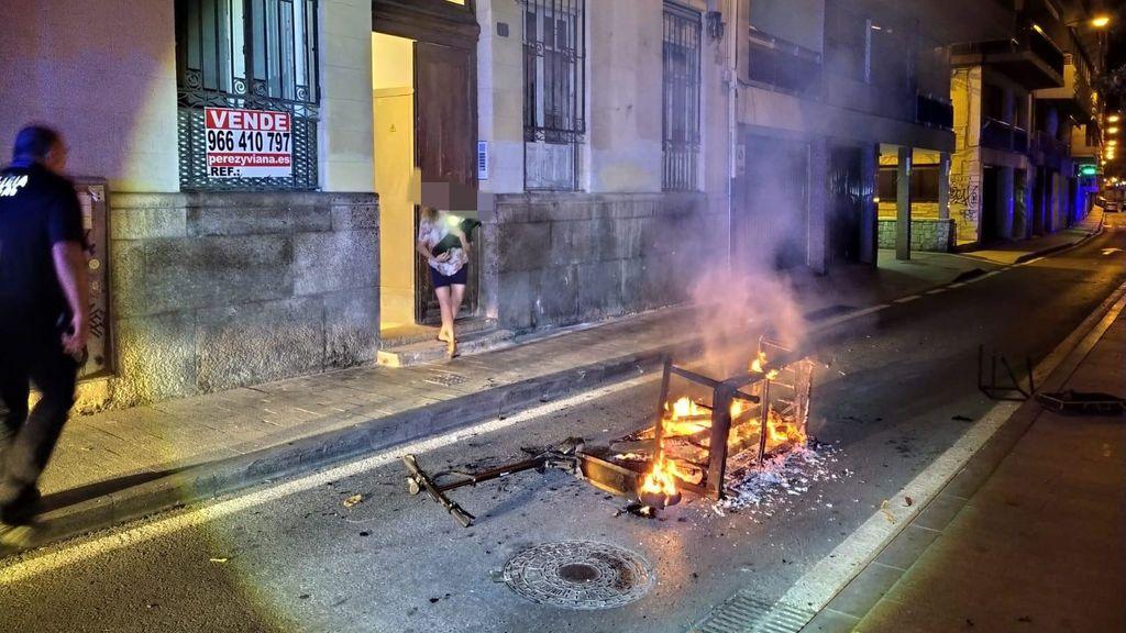 El patinete y el sofá ardiendo en la calle Virgen del Socorro, Alicante