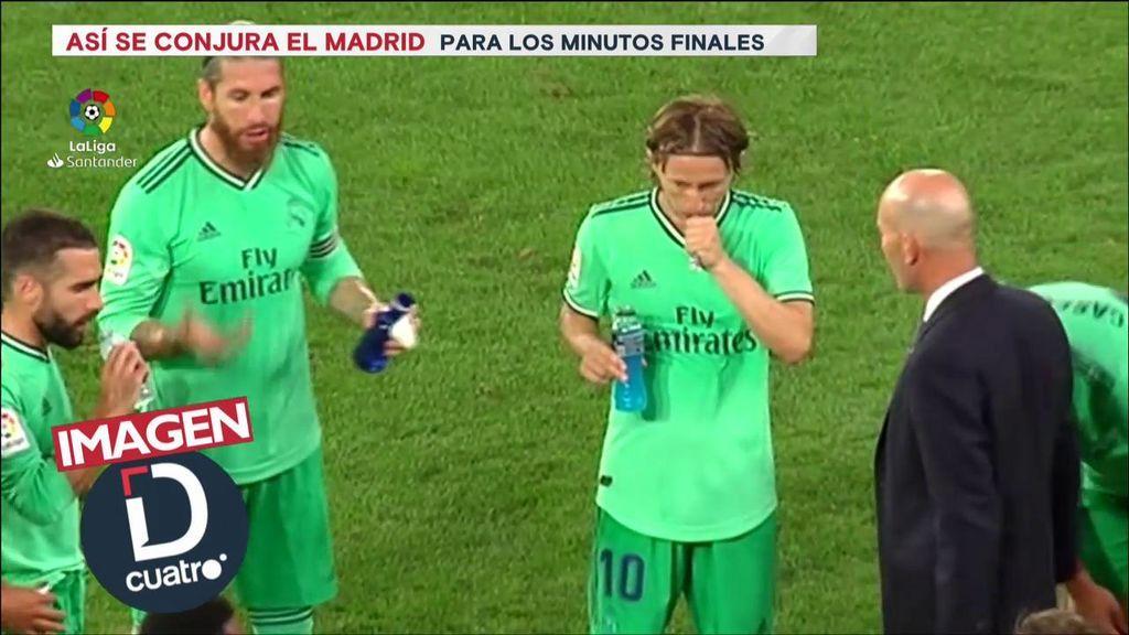 Sergio Ramos habla a sus compañeros durante la pausa de hidratación.