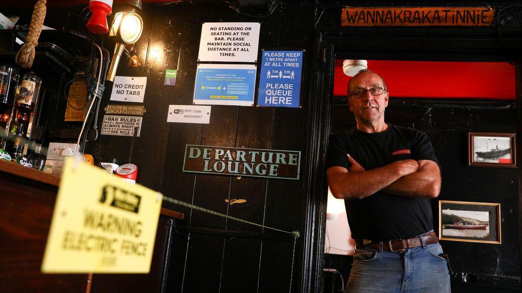 Un trago con 'chispa': el dueño de un bar inglés pone una valla eléctrica para mantener el distanciamiento social