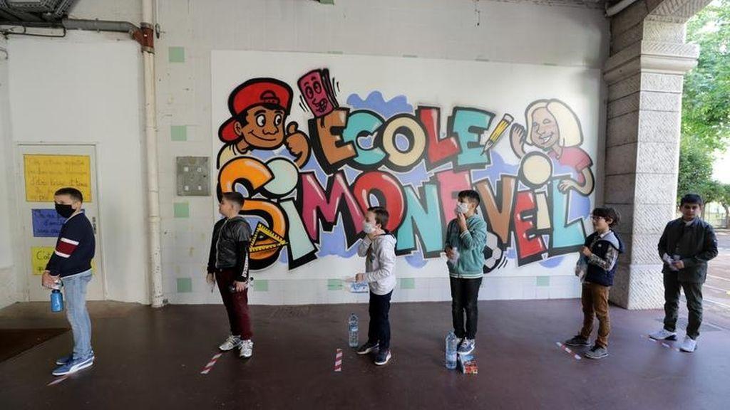 Los escolares respetan la distancia en el colegio Simone Veil, Niza