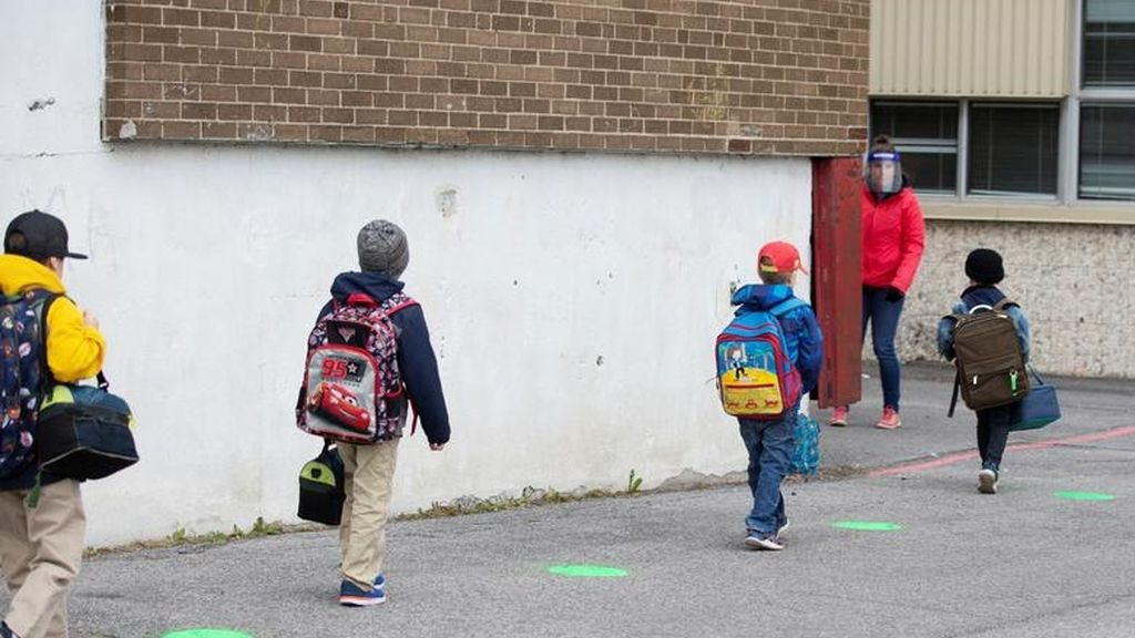 Varios niños entran a una escuela primara de Quebec