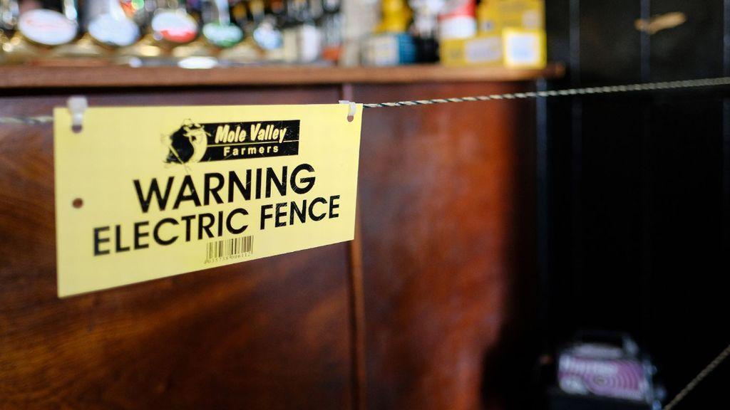 Johnny McFadden sí que logra guardar la distancia social en su pub: su valla eléctrica aleja a todos de la barra