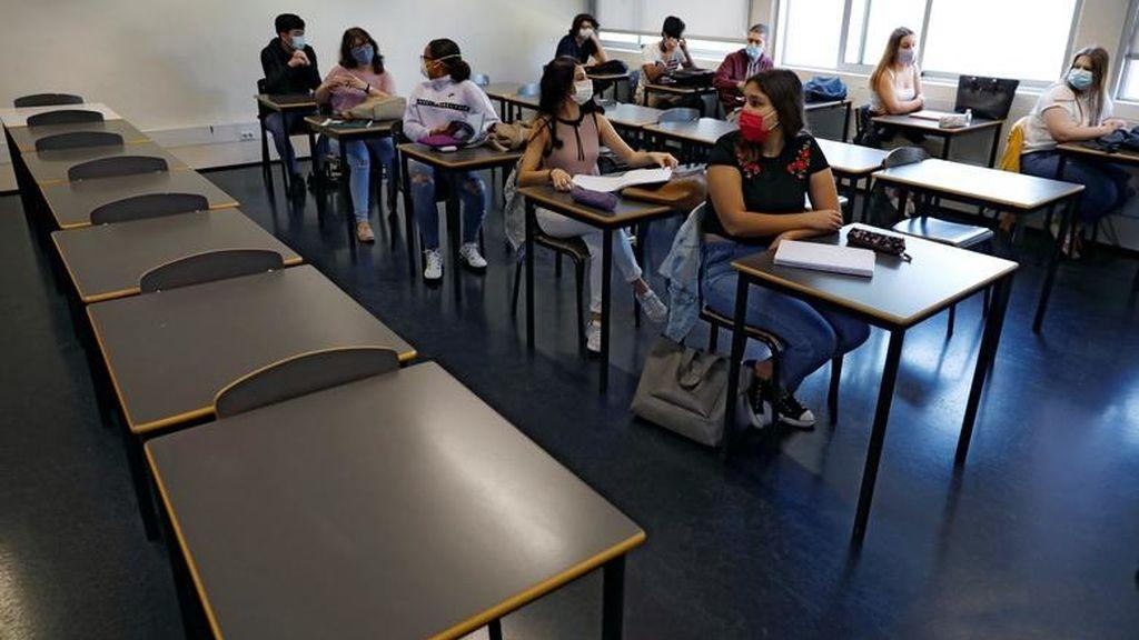 Filas separadas en las aulas de un instituto de Lisboa