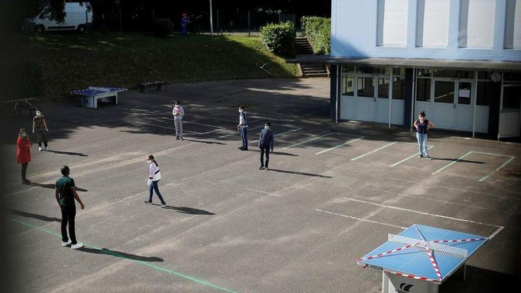 Varios estudiantes, en el patio del colegio Rosa-Parks, Nantes