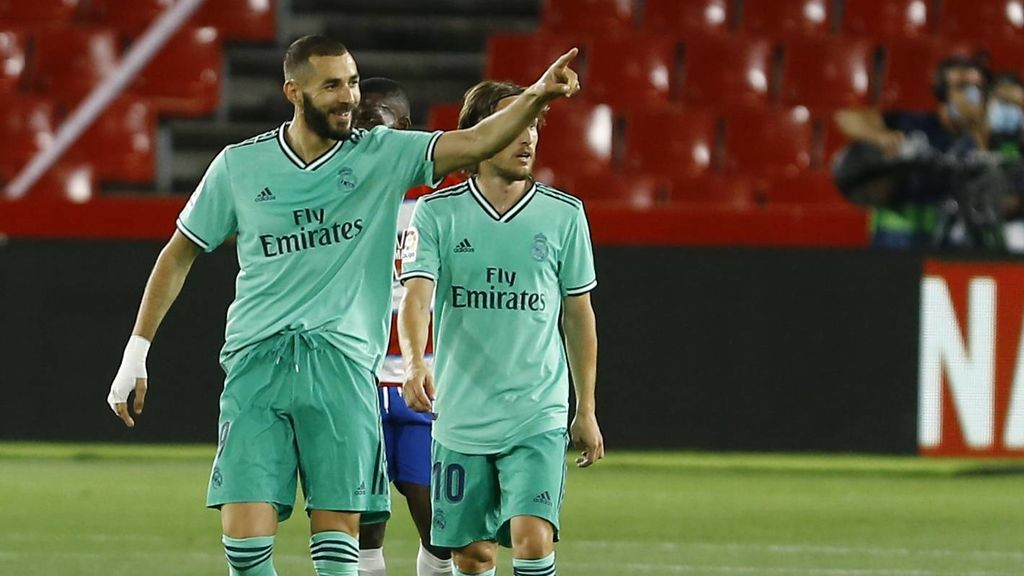 Benzema celebra su gol ante el Granada.