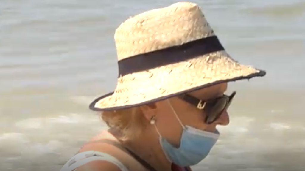 Con mascarillas en las playas de Andalucía