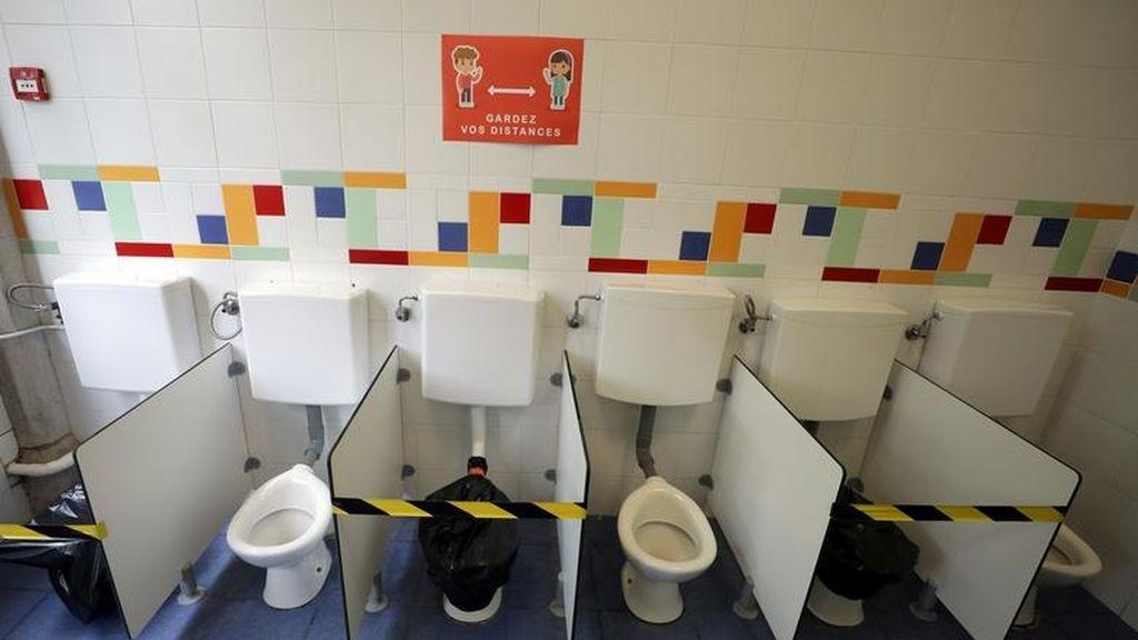 Inodoros separados por la distancia en una escuela de Niza